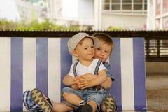 Irmãos no banco Imagem de Stock