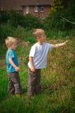 Irmãos no campo Imagem de Stock Royalty Free