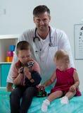 Irmãos no escritório do pediatra Fotografia de Stock Royalty Free