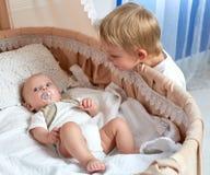 Irmãos pequenos felizes Fotografia de Stock