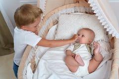 Irmãos pequenos felizes Fotos de Stock Royalty Free
