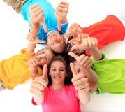 Irmãos que dão os polegares acima Fotografia de Stock Royalty Free