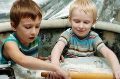 Irmãos que fazem bolinhos do Natal Fotografia de Stock Royalty Free
