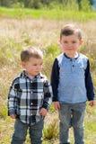 Irmãos que jogam ao ar livre Fotografia de Stock Royalty Free