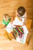 Irmãos que jogam com lápis Imagens de Stock Royalty Free