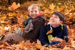 Irmãos que jogam no outono   fotos de stock royalty free