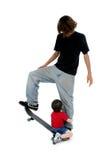 Irmãos que jogam no skate Imagens de Stock