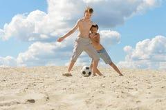 Irmãos que jogam o futebol Imagem de Stock Royalty Free