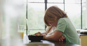 Irmãos que usam o portátil na cozinha na casa confortável 4k filme