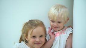 Irmãs bonitas e loving que abraçam, jogo, beijando adorable Crianças felizes do estilo de vida Amizade verdadeira, amigos para vídeos de arquivo