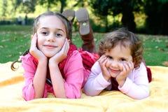 Irmãs bonitas no parque do outono. Fotos de Stock Royalty Free