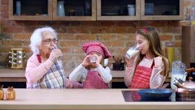 Irmãs com a avó que senta-se na tabela video estoque
