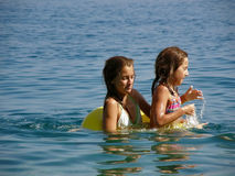 Irmãs com brinquedo da praia (anéis) Fotos de Stock Royalty Free