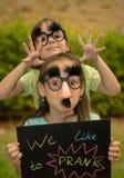 Irmãs com placa de identificação Fotos de Stock