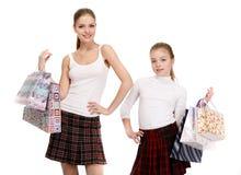 Irmãs com sacos de compras imagem de stock royalty free