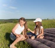 Irmãs de acampamento Fotos de Stock
