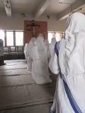 Irmãs de missionários do ` s de Madre Teresa da caridade na oração na capela da casa da mãe, Kolkata Imagem de Stock Royalty Free
