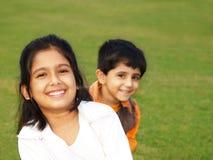 Irmãs de sorriso bonitos Fotos de Stock Royalty Free