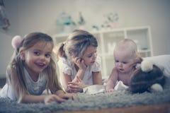 Irmãs e irmão mais novo playful imagens de stock royalty free