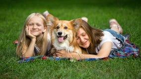 Irmãs e seu cão Fotos de Stock Royalty Free