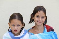 Irmãs envolvidas em uma toalha Foto de Stock