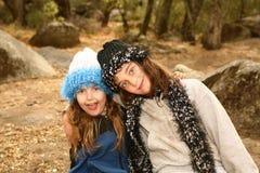 Irmãs fora em um dia frio foto de stock