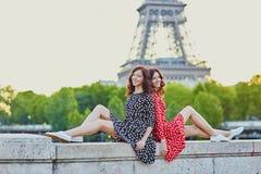 Irmãs gêmeas bonitas em Paris, França imagens de stock royalty free