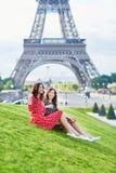 Irmãs gêmeas bonitas na frente da torre Eiffel em Paris, França foto de stock
