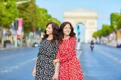 Irmãs gêmeas bonitas na frente de Arc de Triomphe Foto de Stock