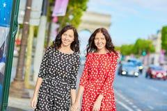 Irmãs gêmeas bonitas na frente de Arc de Triomphe Fotos de Stock Royalty Free