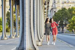 Irmãs gêmeas bonitas na ponte do Bir Hakeim em Paris, França Imagem de Stock Royalty Free