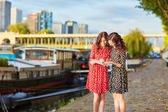 Irmãs gêmeas bonitas perto do rio Seine em Paris, França Imagens de Stock