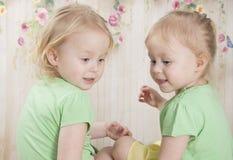 Irmãs gêmeas em aventais azuis, imagens de stock royalty free