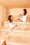 Irmãs gêmeas na apreciação na sauna Imagem de Stock Royalty Free