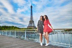Irmãs gêmeas na frente da torre Eiffel em Paris, França Fotografia de Stock