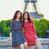 Irmãs gêmeas na frente da torre Eiffel em Paris, França imagens de stock royalty free