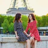 Irmãs gêmeas na frente da torre Eiffel em Paris, França foto de stock royalty free