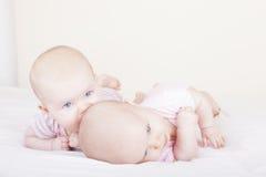 irmãs idênticas do gêmeo do bebê Fotos de Stock Royalty Free