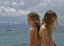 Irmãs irritadas dos gêmeos na baliza no porto marítimo Imagens de Stock Royalty Free