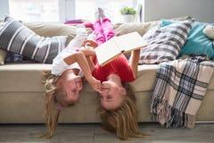 Irmãs mais nova bonitos que jogam junto imagens de stock royalty free