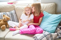 Irmãs mais nova loving Imagens de Stock Royalty Free