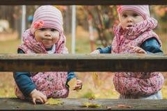 Irmãs mais nova que jogam nas escadas Fotografia de Stock Royalty Free