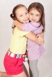 Irmãs mais novas e mais idosas do abraço Fotografia de Stock Royalty Free