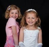 Irmãs no vestido cor-de-rosa branco no preto Imagens de Stock Royalty Free