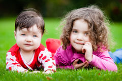Irmãs novas na grama Fotografia de Stock
