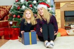 2 irmãs pela árvore de Natal Imagens de Stock Royalty Free