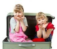 Irmãs pequenas e uma mala de viagem Foto de Stock Royalty Free