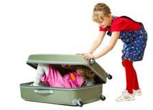 Irmãs pequenas e uma mala de viagem Imagens de Stock Royalty Free
