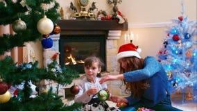 Irmãs que decoram a árvore de Natal filme