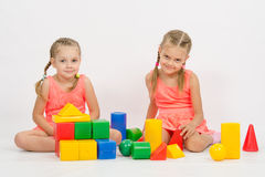 Irmãs que jogam com blocos Imagem de Stock Royalty Free